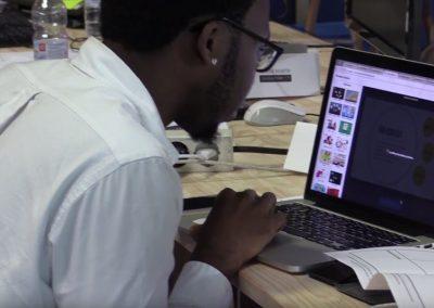 Calvin trabajando en su proyecto