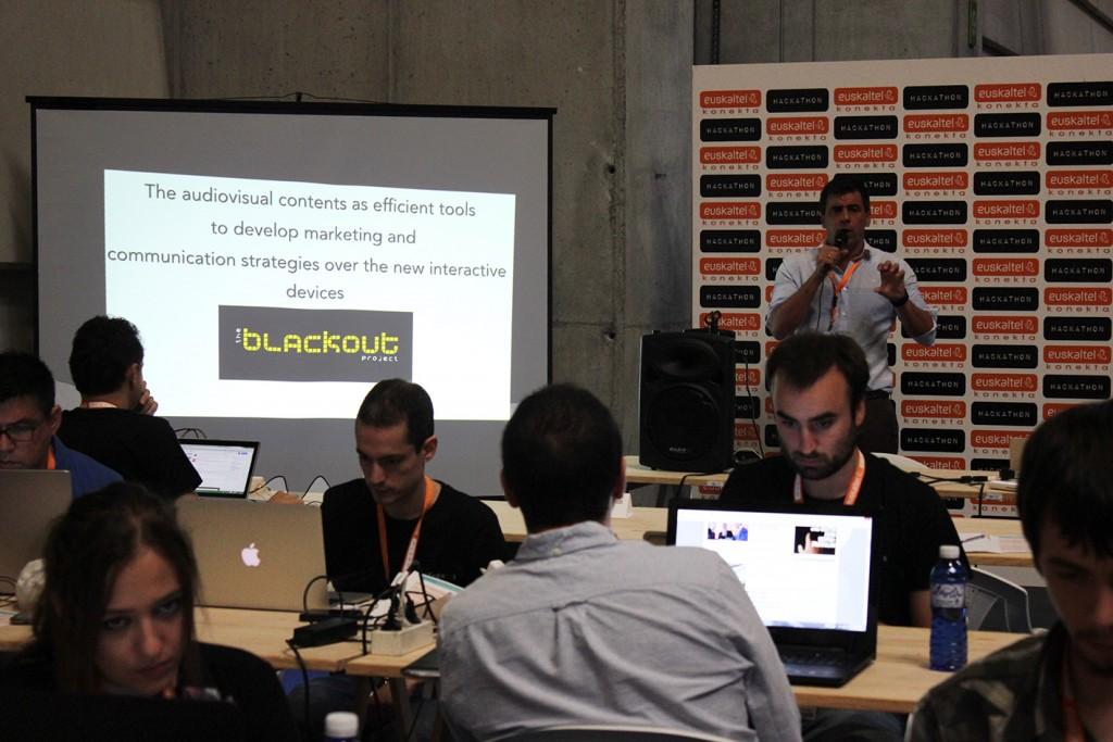 Aletxu Echeverria impartiendo su master class sobre emprendimiento digital y promoción.
