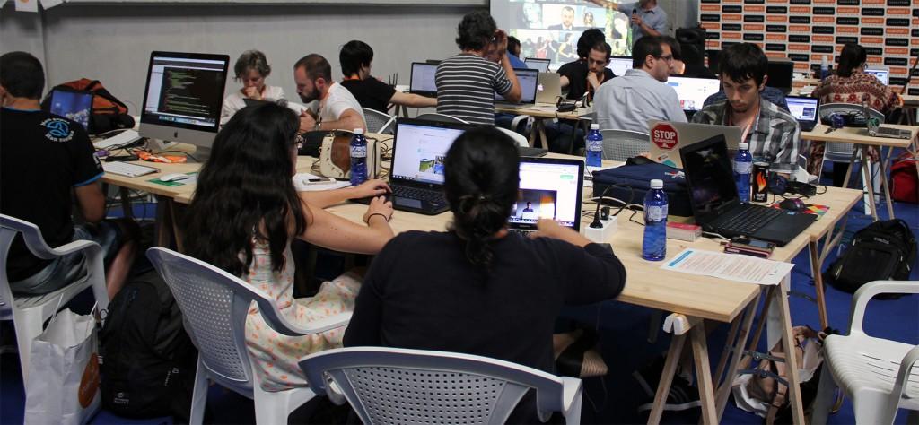Los participantes del Hackathon de periodistas 2015 centrados en sus proyectos.